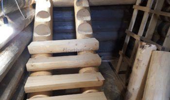 Рубленная лестница в бревенчатом доме